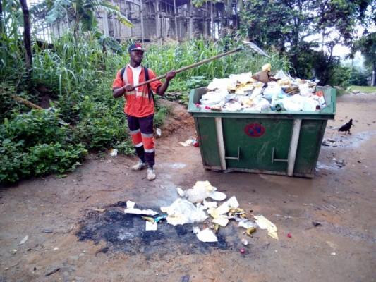 Agennt hysacam remettant les ordures dans le bac