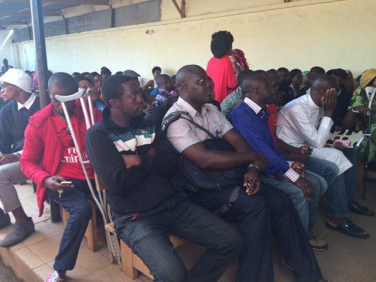 Attente des demandeurs de passeport au commissariat de l'immigration Yaoundé