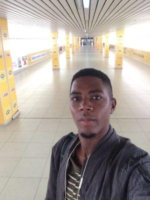 Selfie dans le couloir desalle d'embarquement à l'aéroport de Douala
