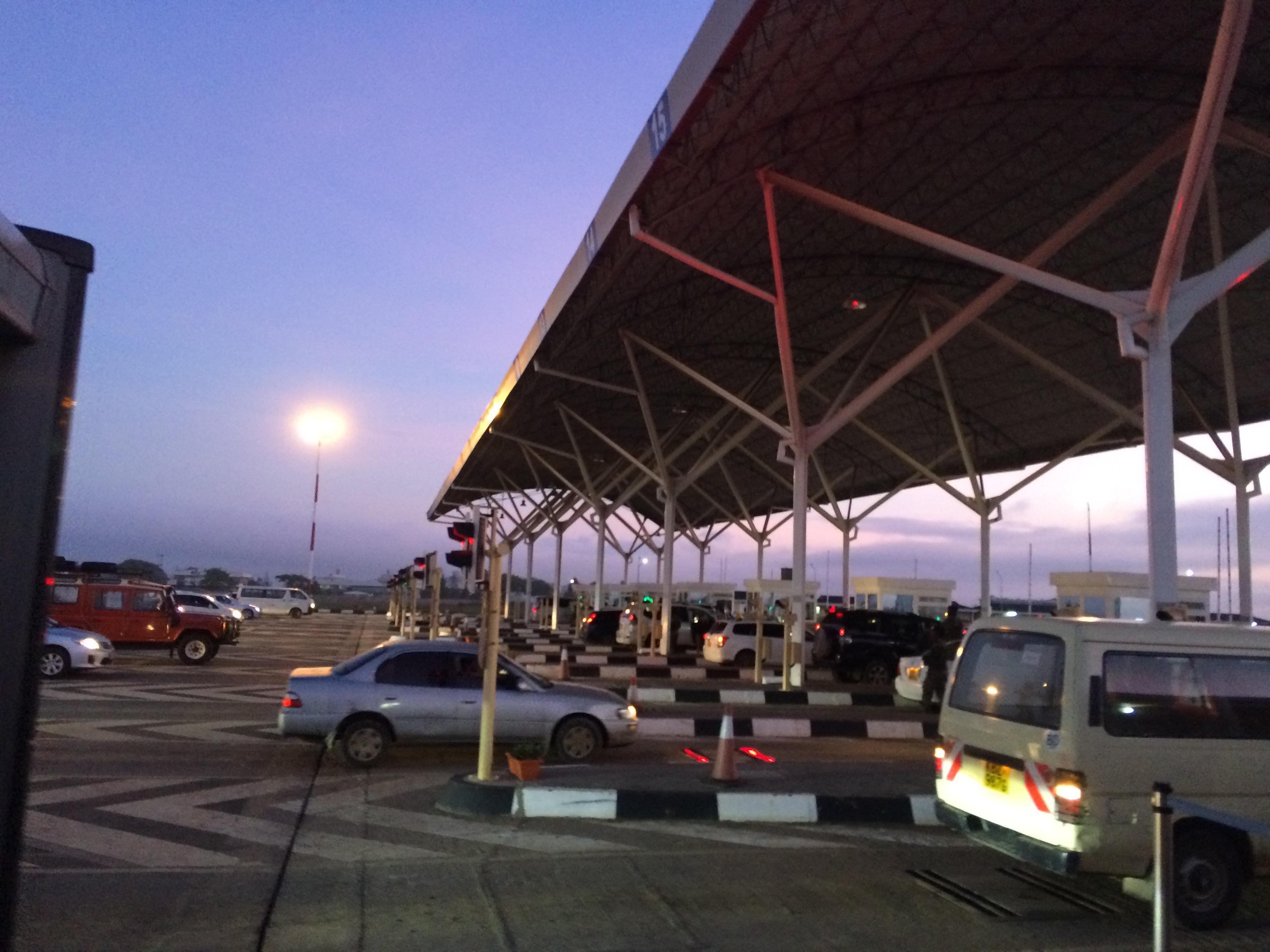 controle des véhicules et personnes à l'entrée de la zone aéroportuaire de Nairobi