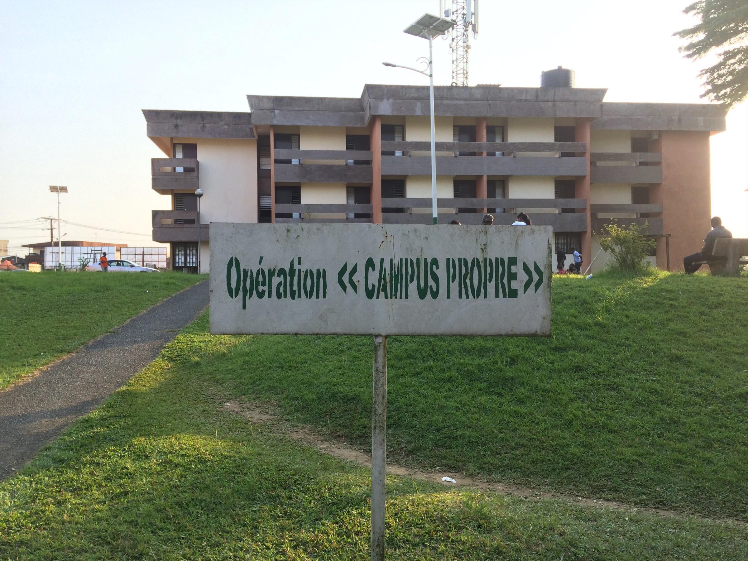"""Plaque """"opération Campus propre à l'université de Douala"""""""