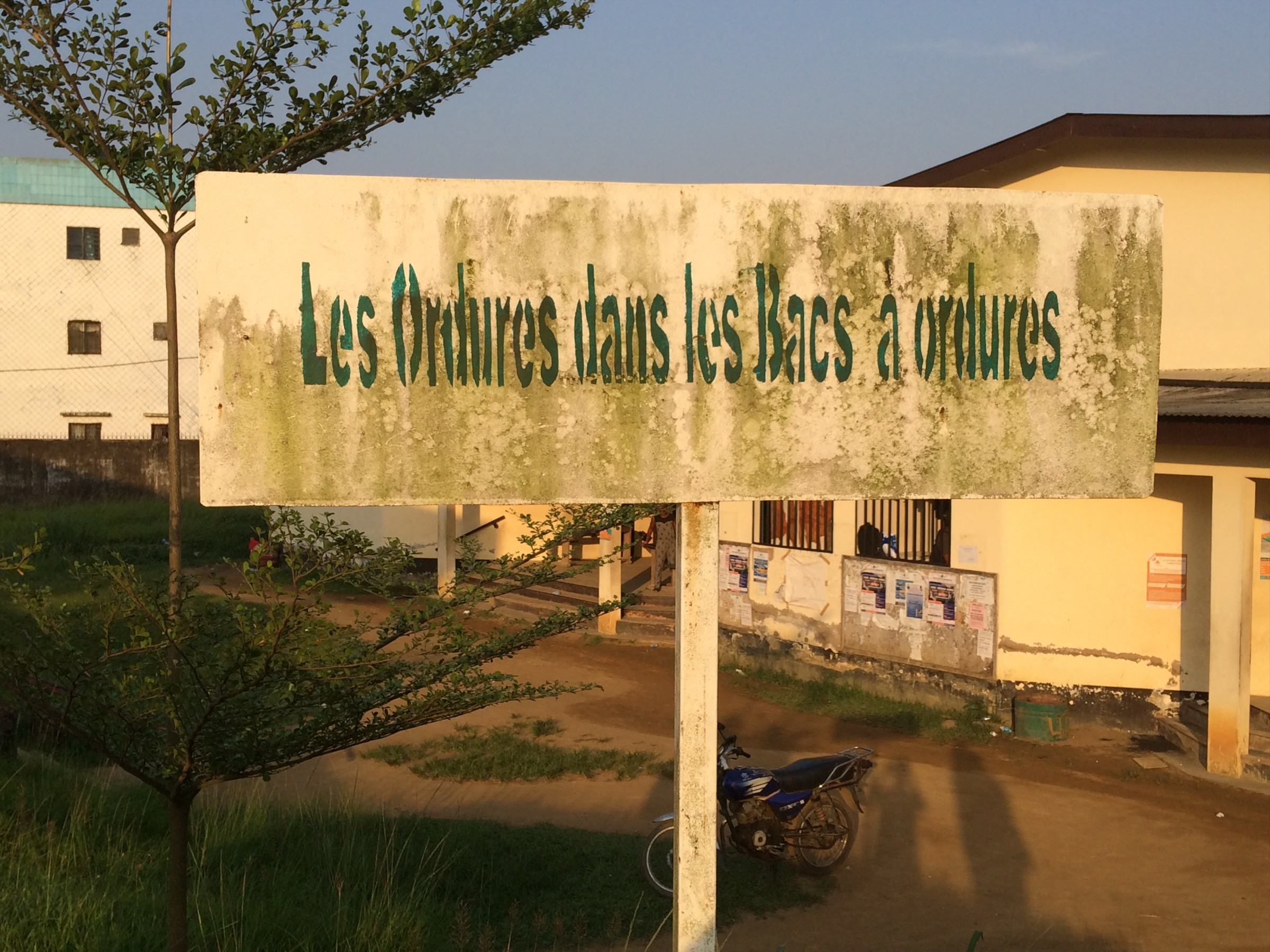 """Plaque indiquant """"Les ordures dans les bacs à ordures"""". Université de Douala"""