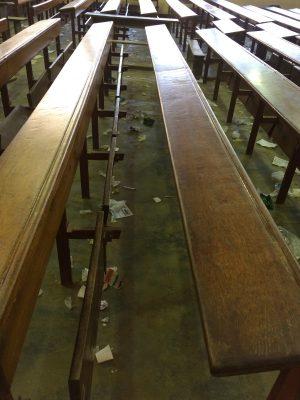 Salétés entre les tables bancs à l'université de Douala